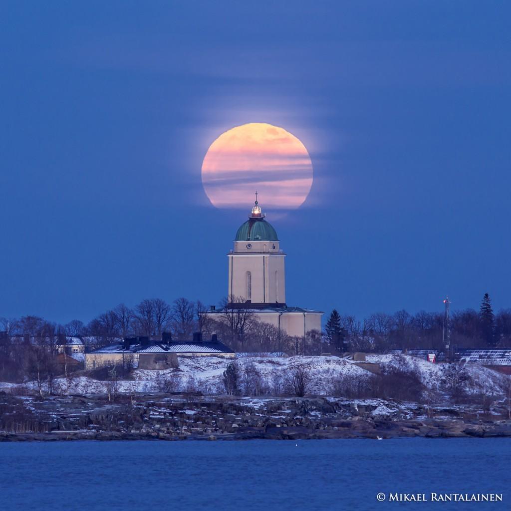 Suomenlinna church and full moon.